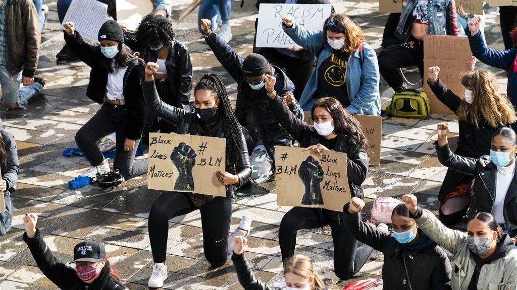 Demonstranten knielen bij demonstratie tegen racisme in Utrecht.