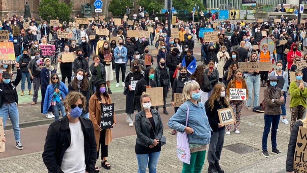 Betogers op het Stadhuisplein in Tilburg