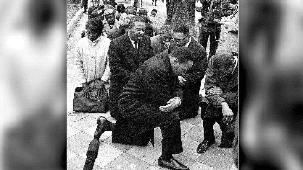 Activist Martin Luther King knielt tijdens een demonstratie in Selma in 1965.