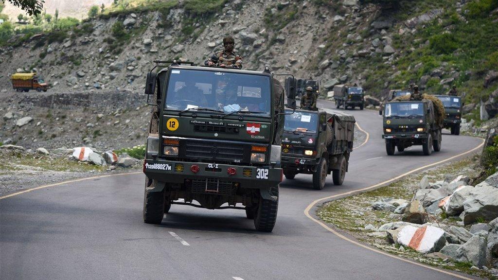 Een Indiaas legerkonvooi rijdt over een bergpas in het betwiste gebied.