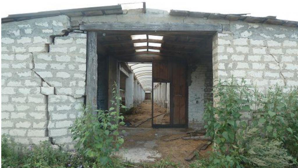 De vervallen stal die in Staryi Buyan voor een rustplaats door moet gaan.