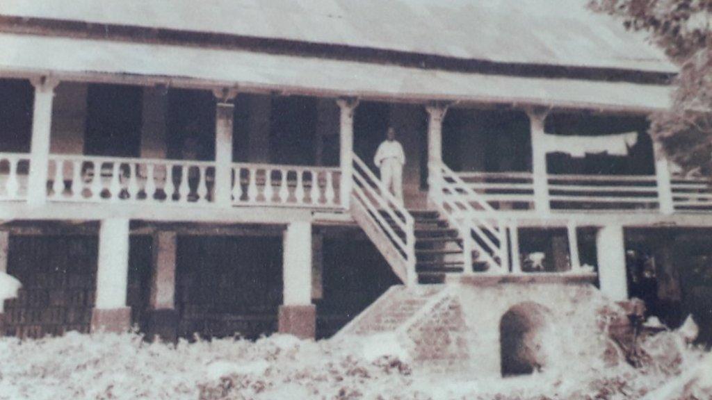 Het hospitaal op voormalig plantage Alliance, rond 1942. Met de oom van Humphrey Lamur als directeur.
