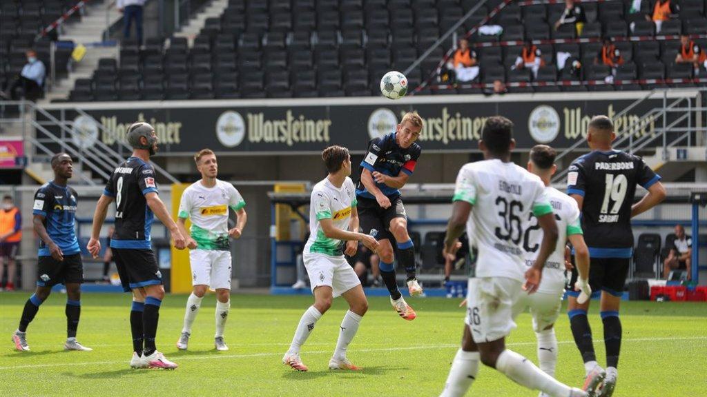 In Duitsland wordt al weer gevoetbald, voor nagenoeg lege tribunes, zoals de wedstrijd Paderborn 07 - Borussia Mönchengladbach op 20 juni 2020.