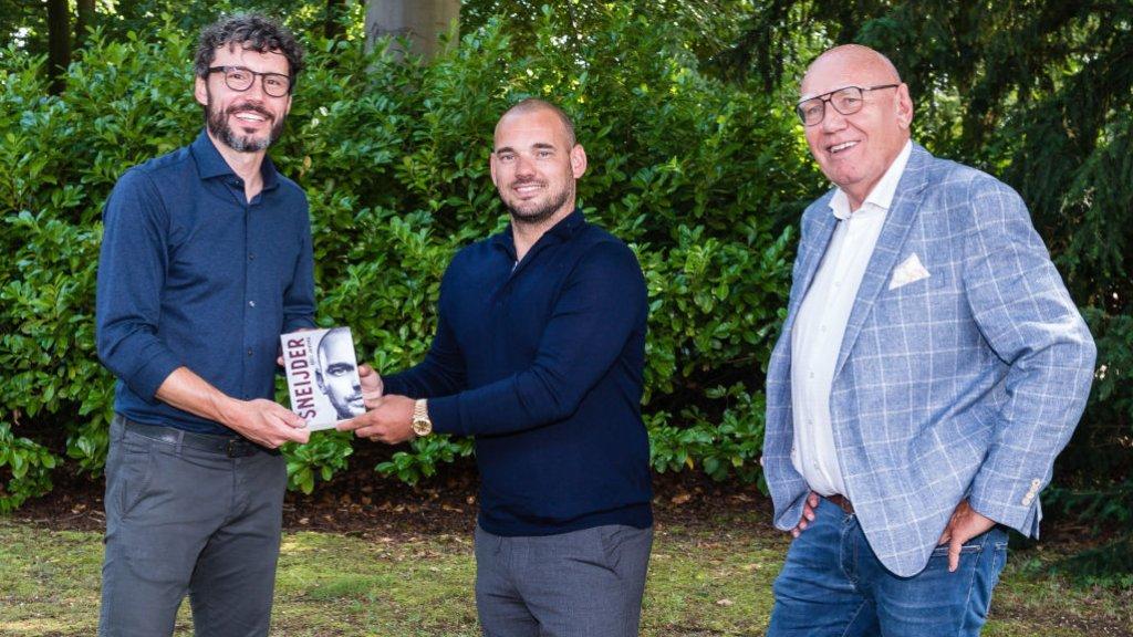 Van Bommel, Sneijder en Jansma tijdens de boekpresentatie