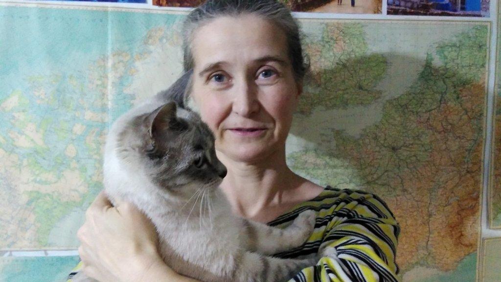 Moeder Anna Chodyreva met één van haar twee katten.
