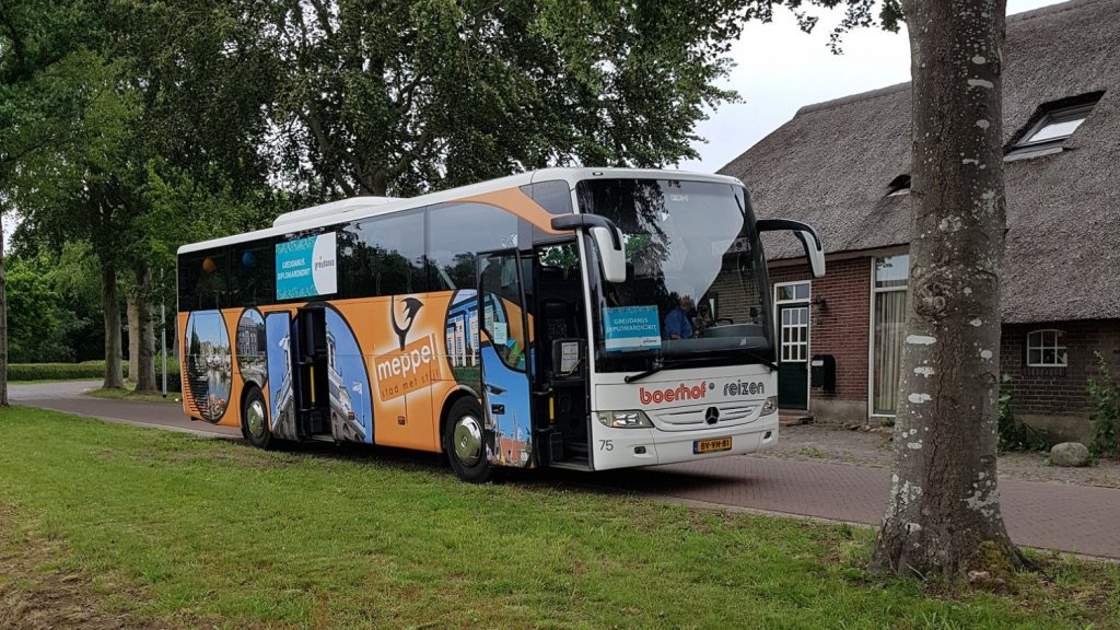 De bus waarin de docenten rondrijden