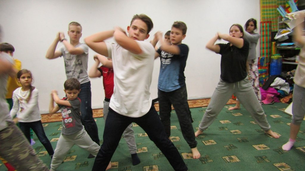 Kinderen tijdens een toneelrepetitie op Anna's schooltje