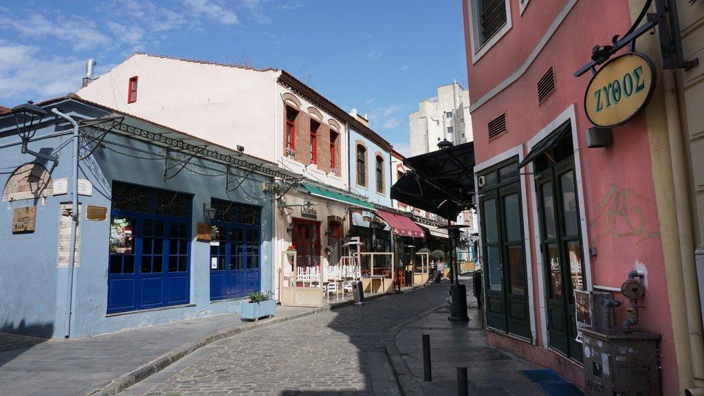 Een kleurrijk straatje in uitgaanswijk Ladadika.