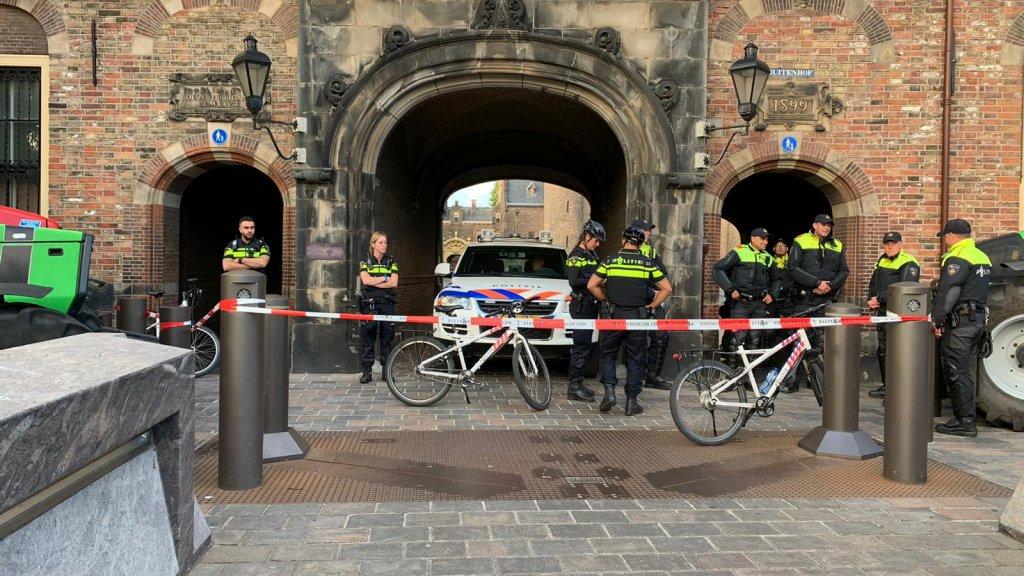 De politie heeft het Binnenhof afgesloten.