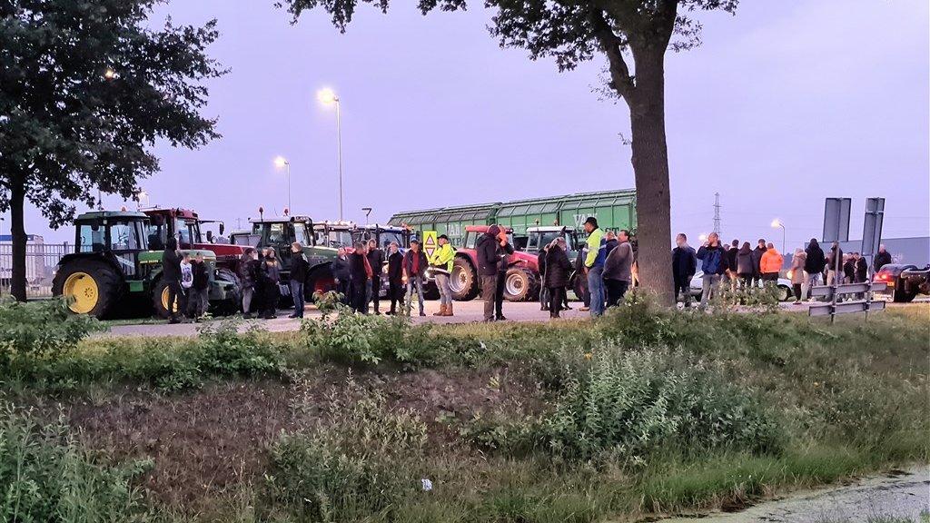 Demonstrerende boeren hebben zich met trekkers verzameld in Wijster.