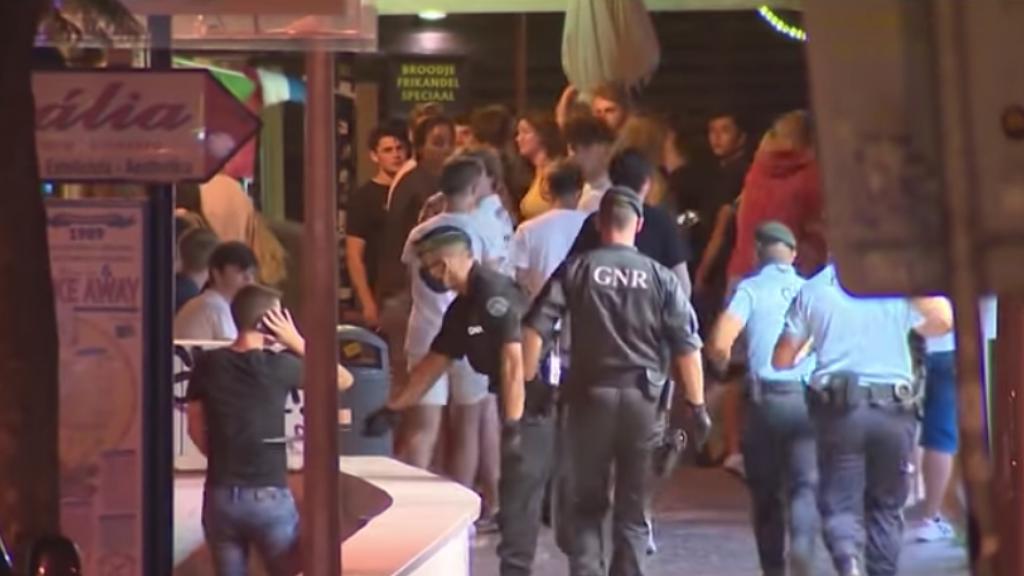 Agenten rennen met wapenstokken in de hand. Screenshot uit één van de reportages op de Portugese televisie.