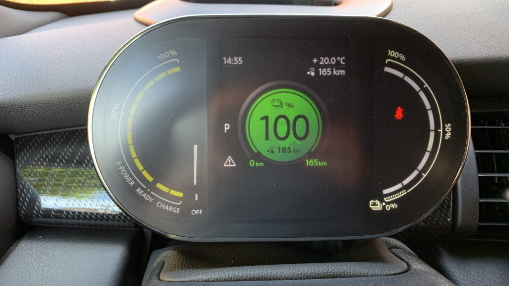 Het digitale dashboard geeft rechts de resterende accuduur op