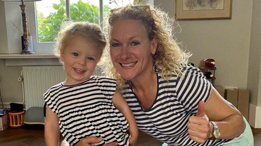 Claire (48) met dochter Fien (2)