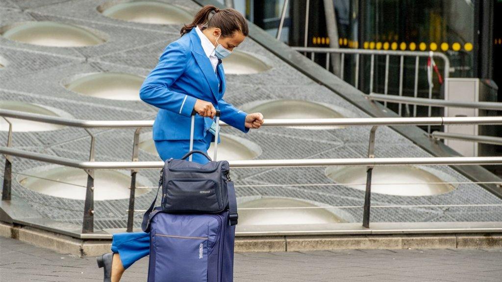 Een stewardess van KLM op Schiphol, begin juli 2020.