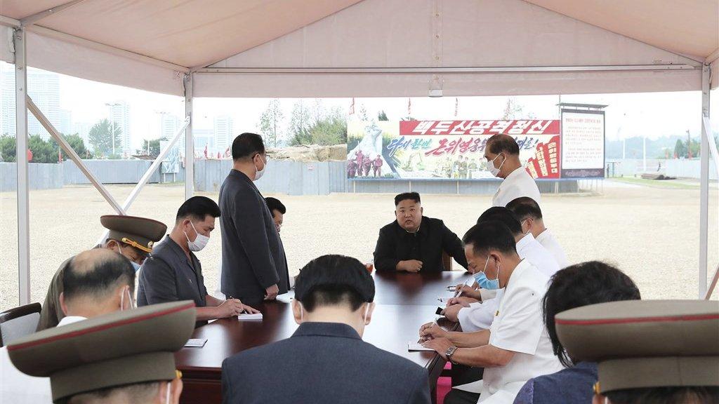 De Noord-Koreaanse leider Kim Jong-un tijdens zijn bezoek aan de bouwplaats van het ziekenhuis in Pyongyang