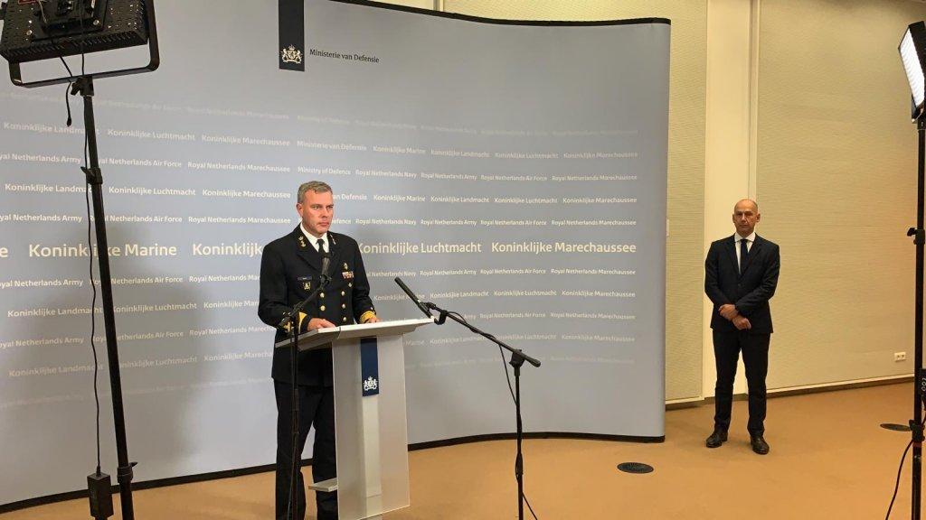 De Commandant der Strijdkrachten Rob Bauer tijdens de persconferentie.