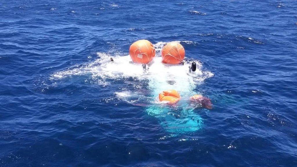 De ballonnen die het toestel drijvende moesten houden, knapten