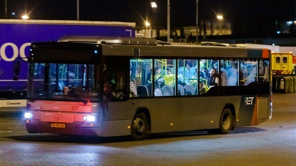 De verstekelingen zijn per bus vanuit de haven vervoerd.