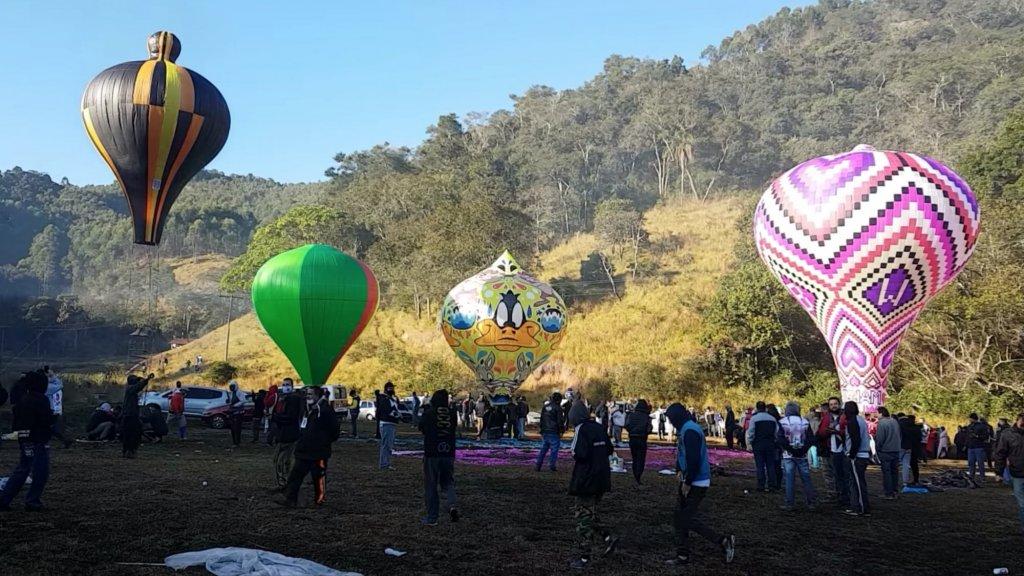 Screenshot uit een video, gemaakt tijdens een festival met de ballonnen.
