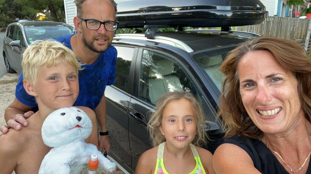 Berlinda en haar gezin naar terugkomst op de camping.