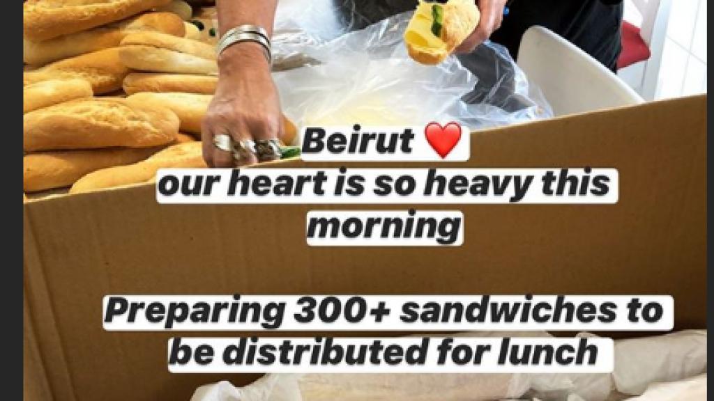 Libanezen delen gratis lunchpakketten en maaltijden uit.