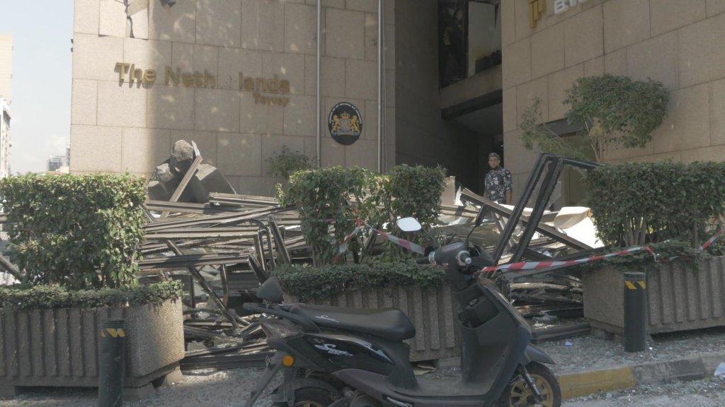 Ravage bij de Nederlandse ambassade in Beiroet na de explosie.