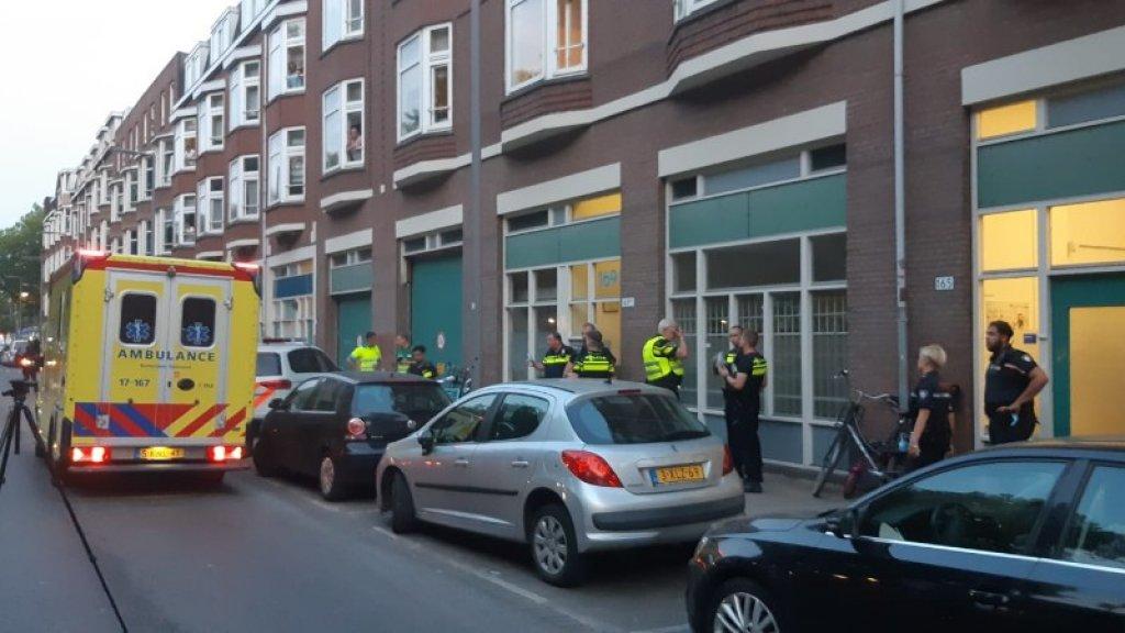 Politie en ambulance bij het huis waar de steekpartij gebeurde