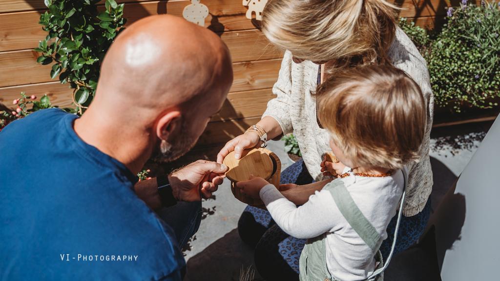 Jeroen, Myrthe en Finnin geven het vruchtje een plekje in de tuin.