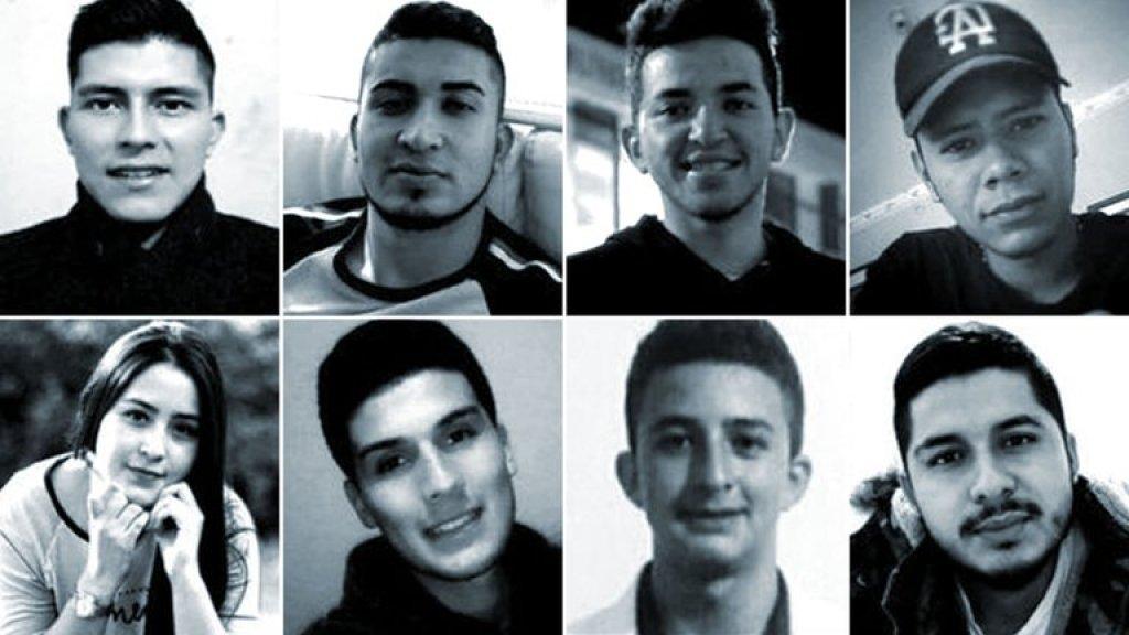 Acht jongeren komen op het feestje om het leven, onder wie Sebastián (onder, tweede van links)