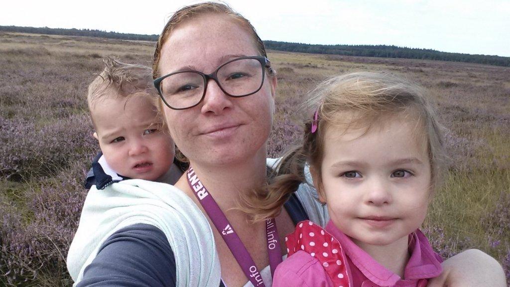 Ilona met haar twee kinderen.