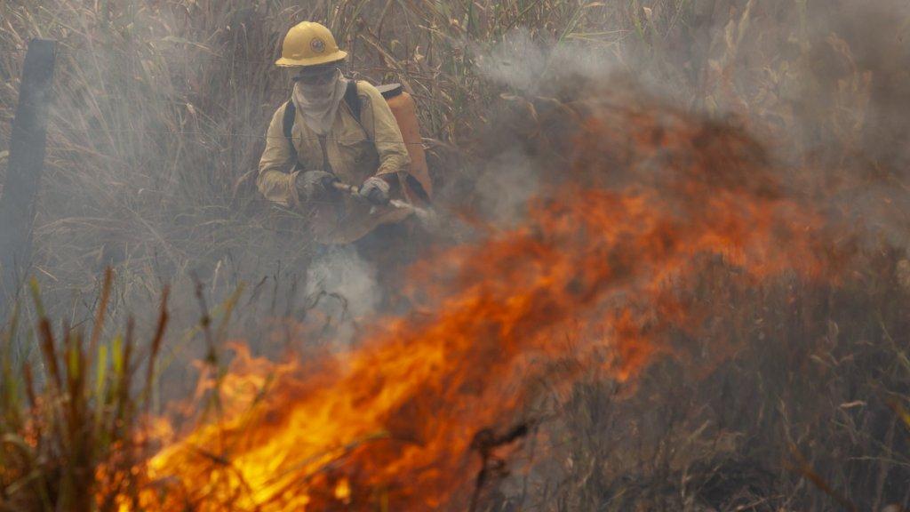 Bij Novo Progresso wordt een brand geblust