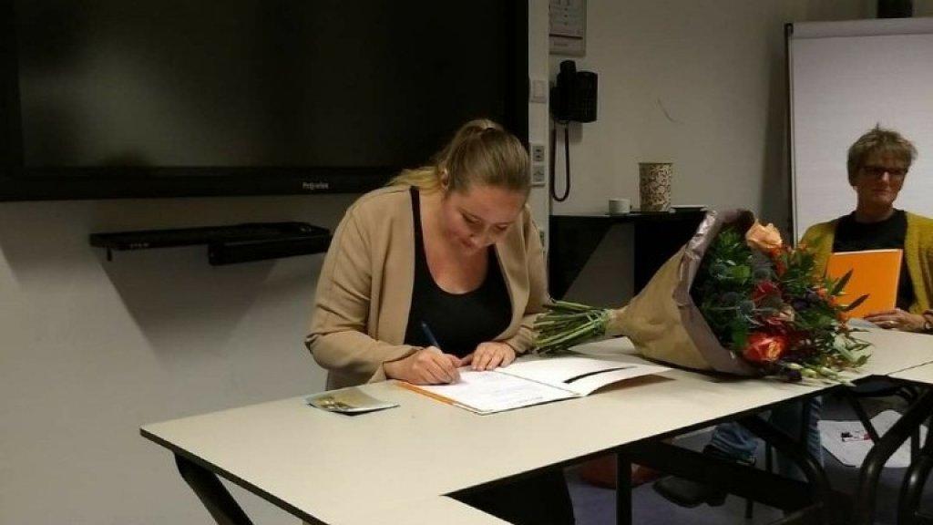 Froukje tijdens haar propedeuse-uitreiking van de hbo-opleiding ervaringsdeskundige, die ze ook heeft afgerond.