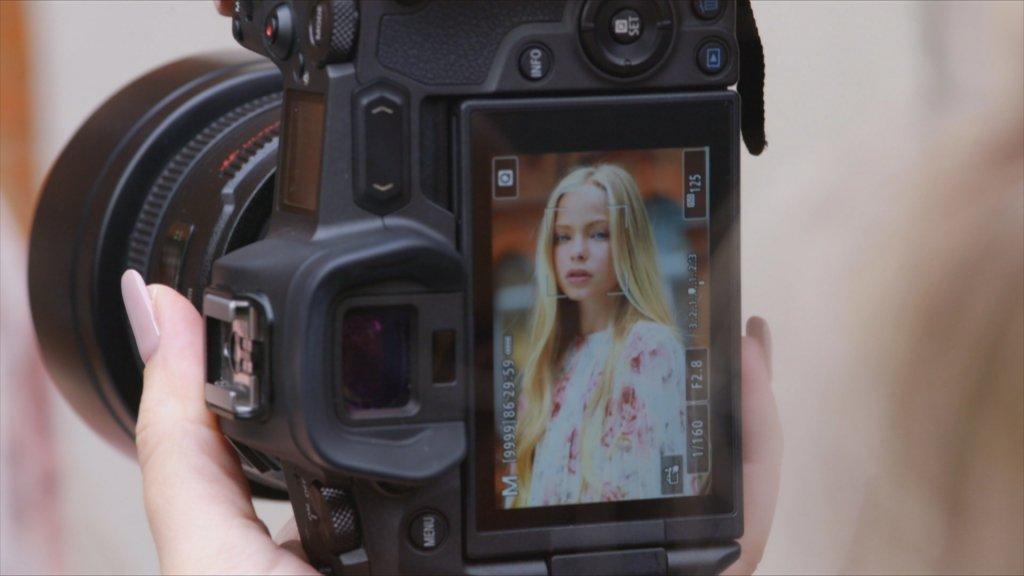 Jessica is altijd bij alle shoots van haar dochter.