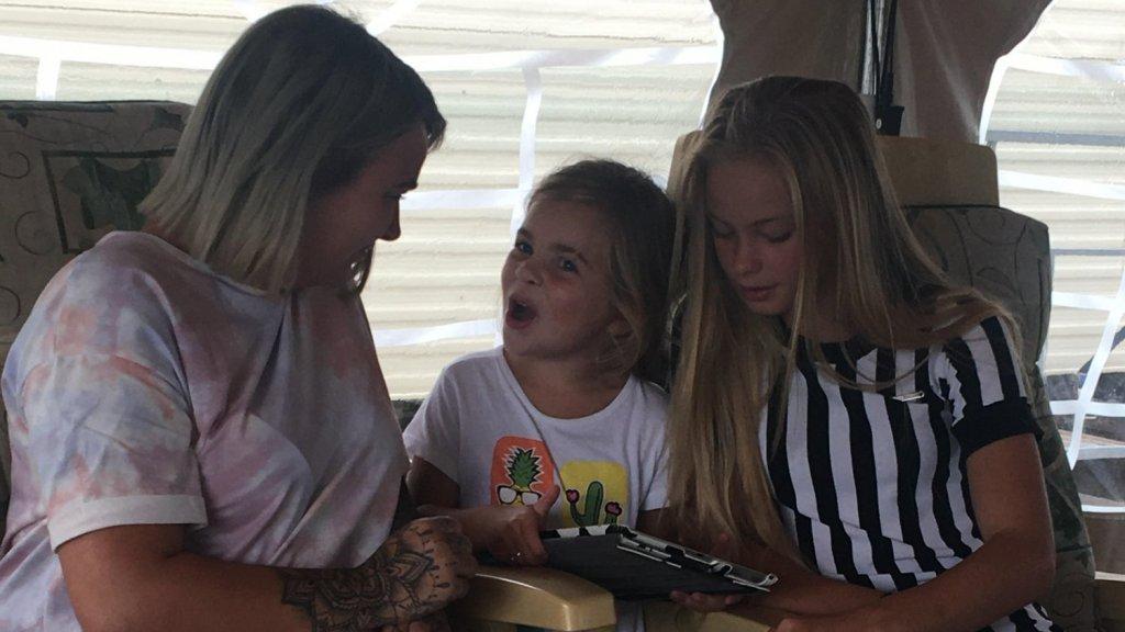 Summer met haar zusje en moeder op camping De Mosterdpot.