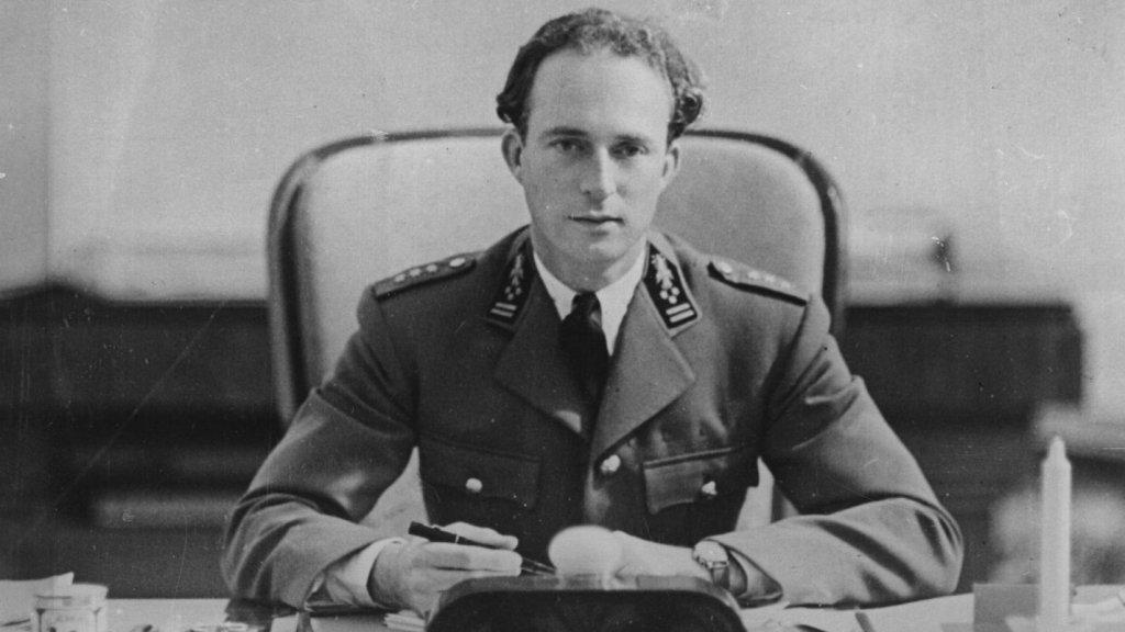 Leopold III aan een bureau in 1925. Hij was van 1934 tot 1951 koning van België en overleed in 1983.