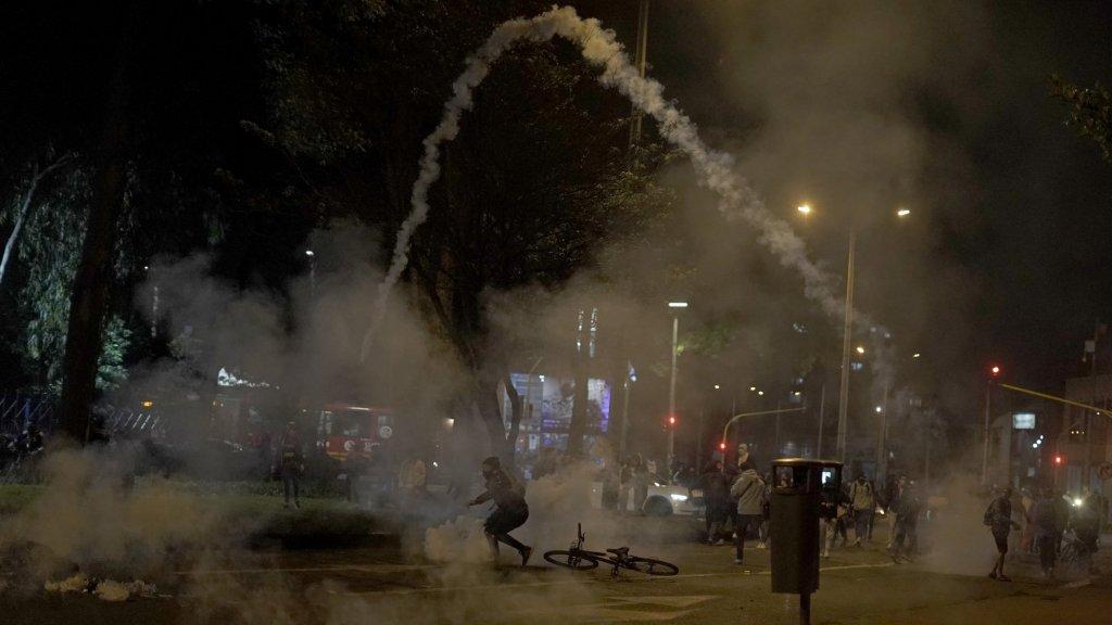 Rubberen kogels en traangas schieten door de lucht