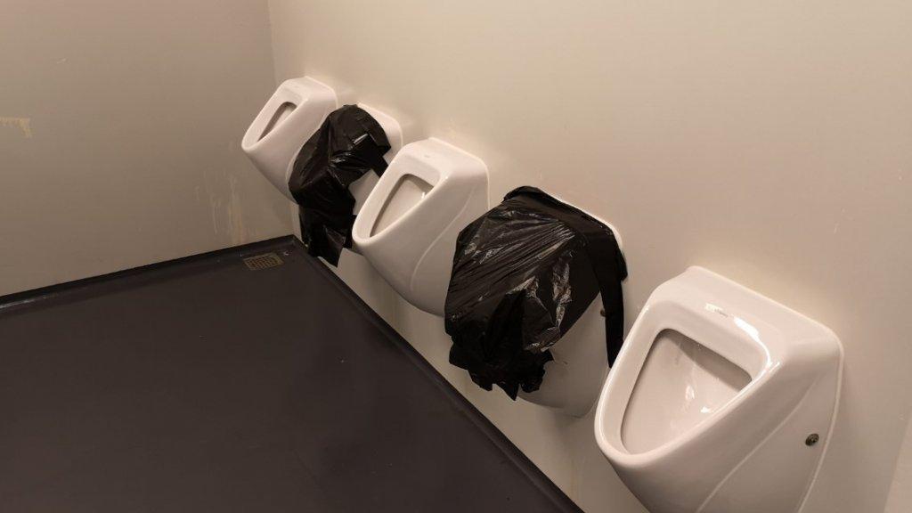 Bij de wc's probeert men op deze manier de anderhalve meter te waarborgen.