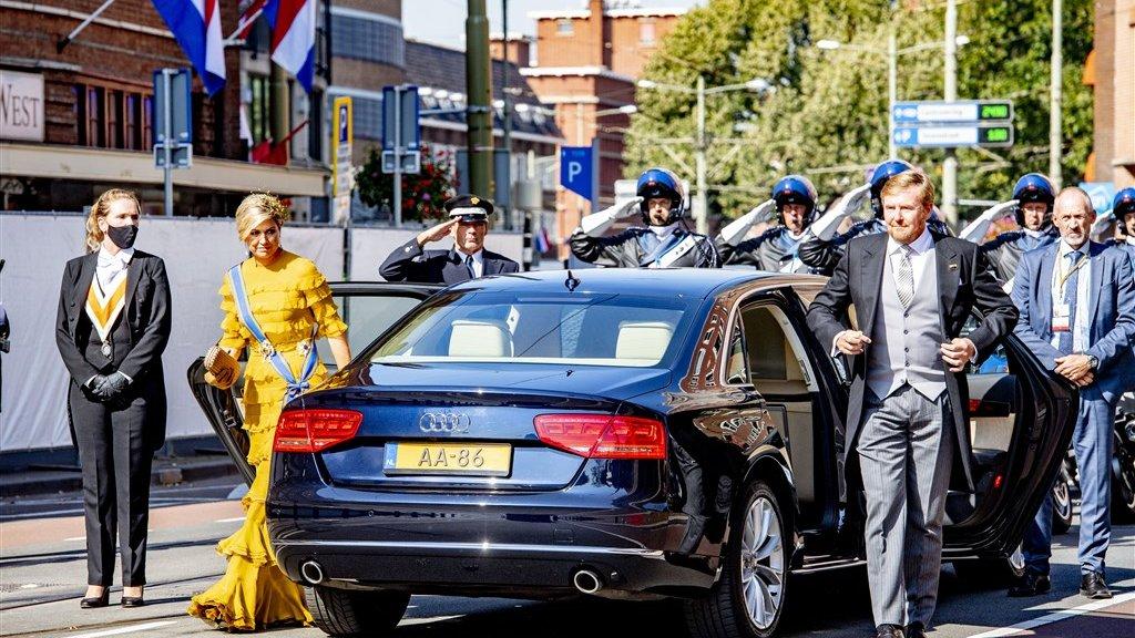 Aankomst bij de Grote Kerk van koning Willem-Alexander en koningin Máxima.