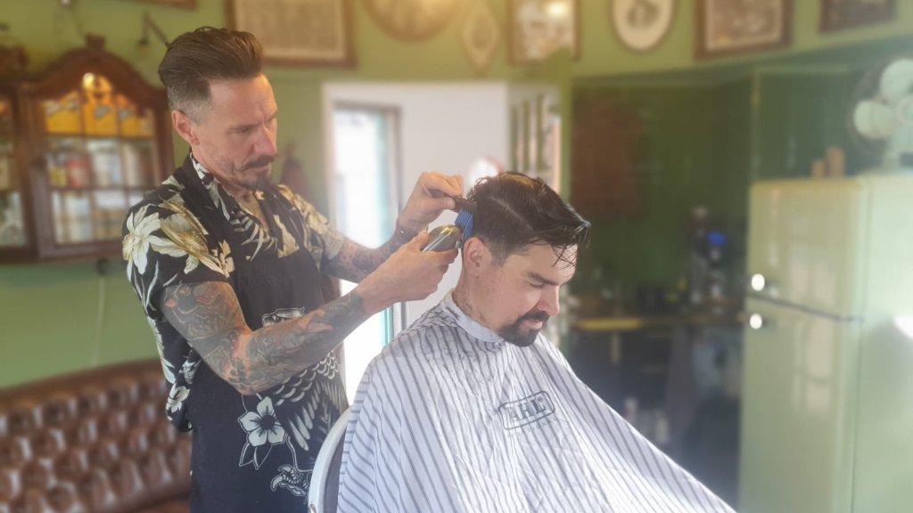 Pascal runt een barbershop in een brugwachtershuisje