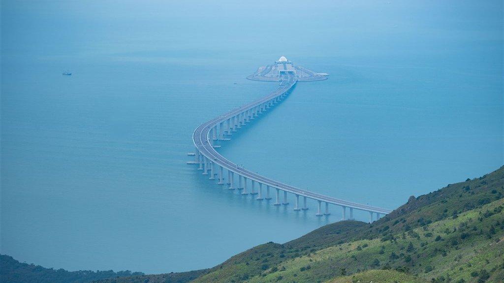 De brug tussen Hongkong en China is 55 km en loopt boven én onder water