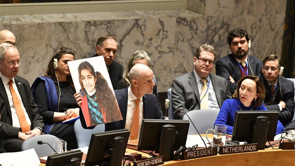 Minister Blok met foto's van Syrische kinderen in de VN-Veiligheidsraad.
