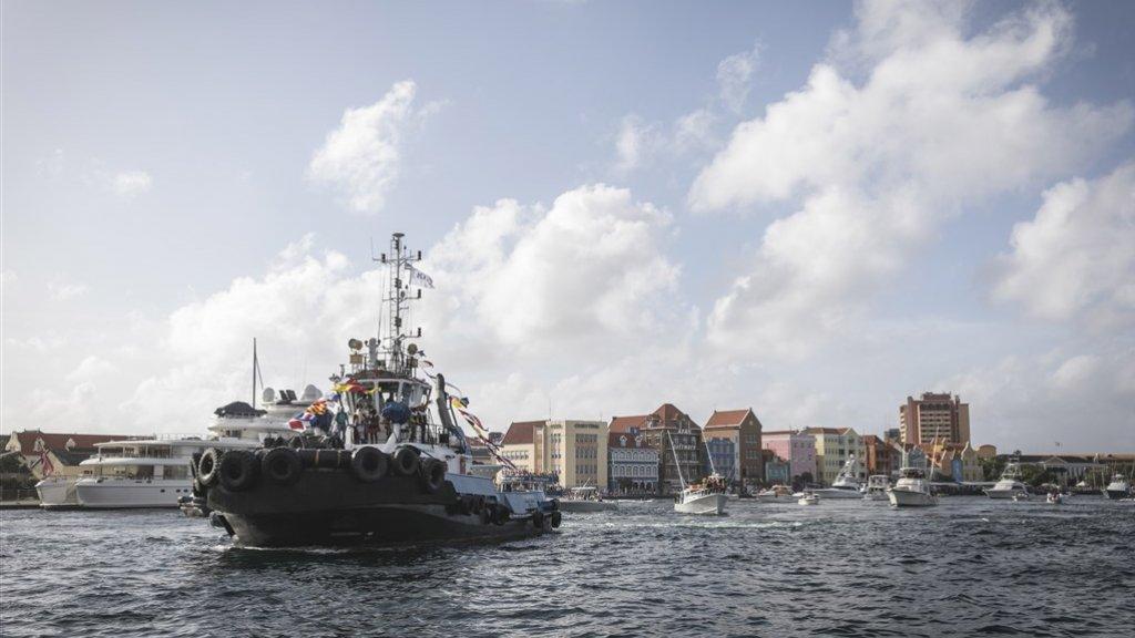 De boot van Sinterklaas in de haven van Willemstad.