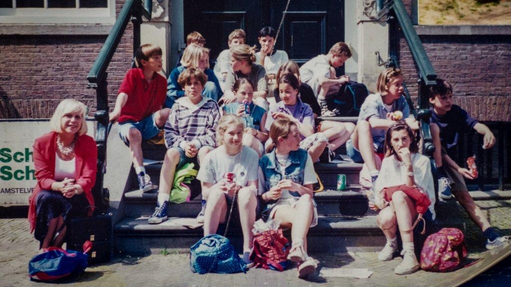 Juf Jeanet in haar jonge jaren, op een klassenfoto.