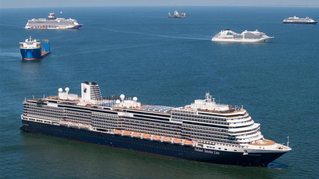 De cruiseschepen van onder andere Holland-America Line liggen voor anker voor de kust van Scheveningen.