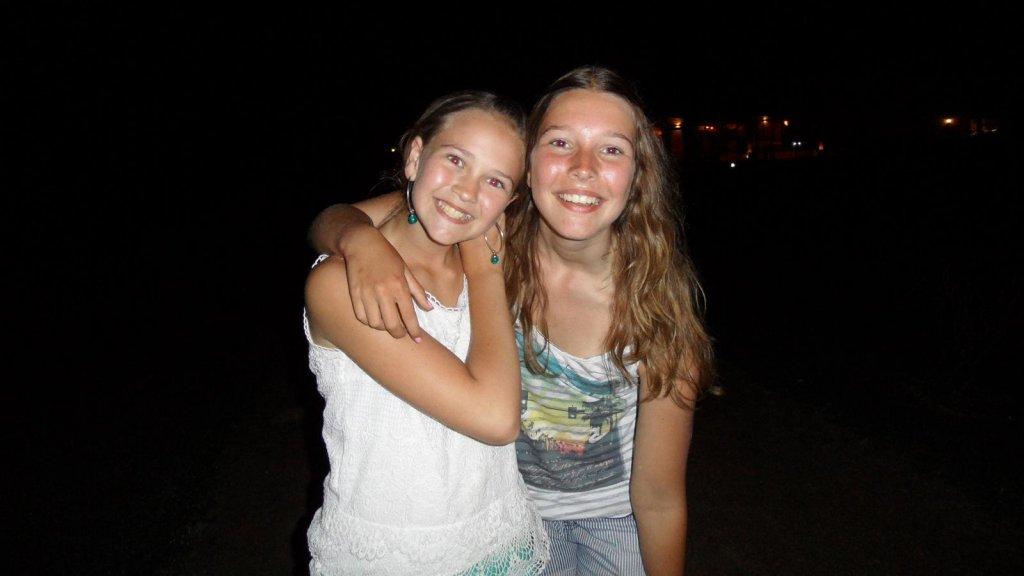 De zussen Jolien en Alessa op vakantie, ongeveer acht jaar geleden in Spanje.