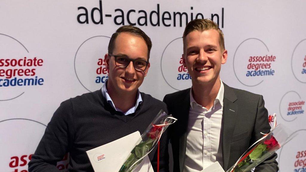 Bas (links) met een medestudent (rechts) op zijn diploma-uitreiking.