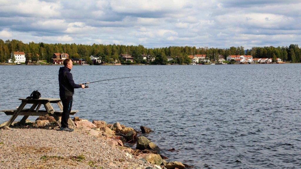 Christian van Dartel aan het vissen.