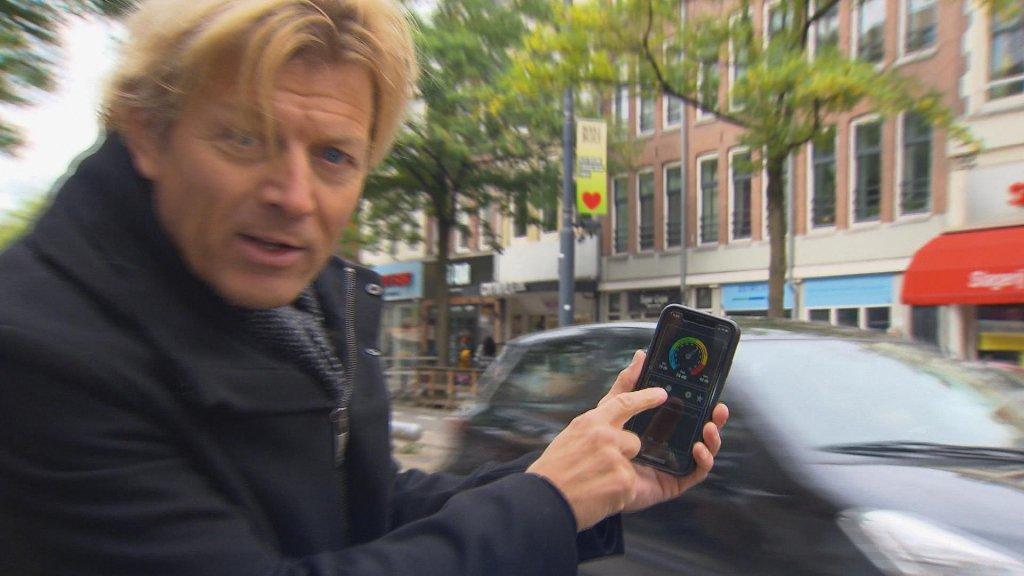 Verslaggever Robert Schouten zag dat auto's soms wel 100 DB geluid produceren