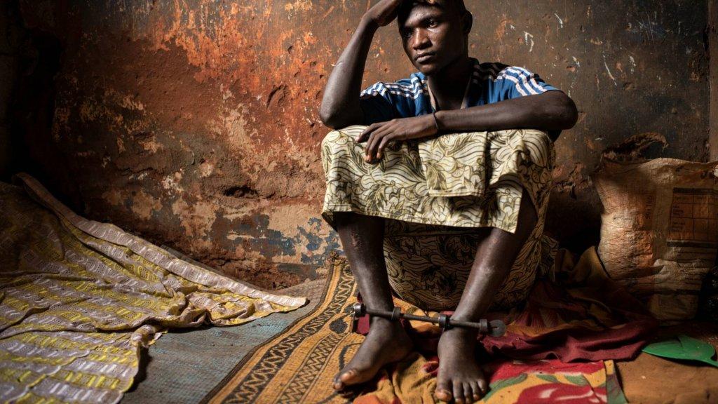 Oluwasegun is van de honderdduizenden mensen die wereldwijd zijn vastgeketend. Niet vanwege een veroordeling maar omdat families zich geen raad weten met hun mentale problemen.