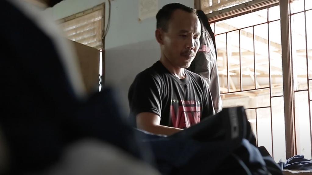 De Indonesische Sodikin werd verlost van zijn kettingen en ging werken als kleermaker.